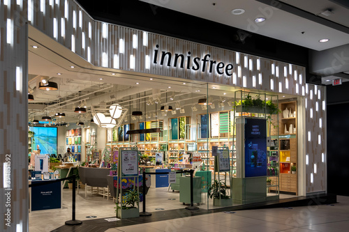 Fototapeta premium Toronto, Canada - November 9, 2020: An Innisfree storefront is seen in Toronto, Canada. Innisfree is a South Korean cosmetics brand owned by Amore Pacific.