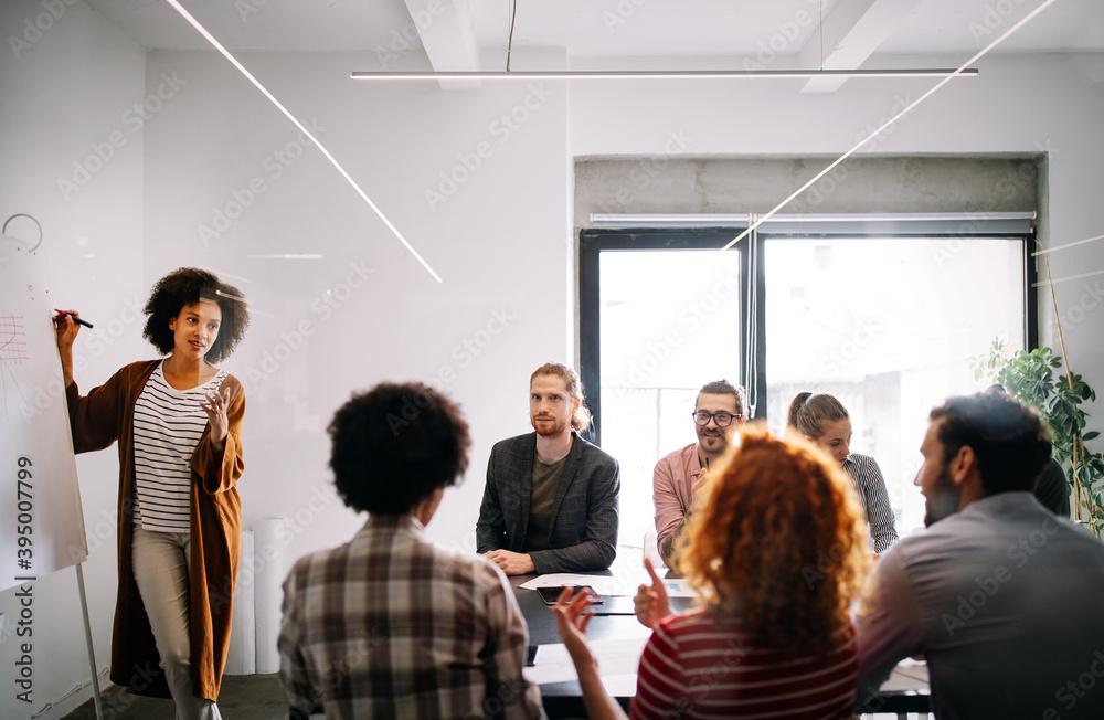 Leinwandbild Motiv - NDABCREATIVITY : Collaboration and analysis by business people working in office