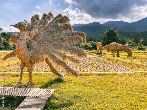 Giant animal and King Kong hay sculptures in Huay Tung Tao Lake Don Kaeo in Chia Fototapet