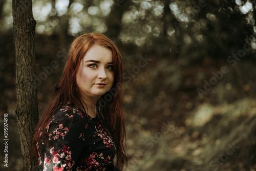 Fototapeta premium Blada rudowłosa piękna kobieta z zielonymi oczami pozuje