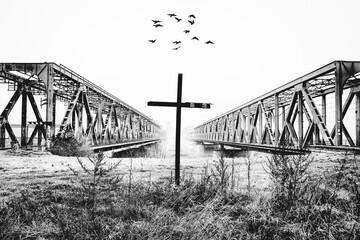 Mosty kolejowe w Tczewie, krzyż i ptaki