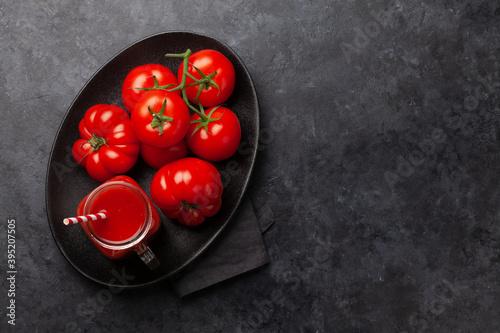 Fresh tomato juice and ripe tomatoes Fotobehang