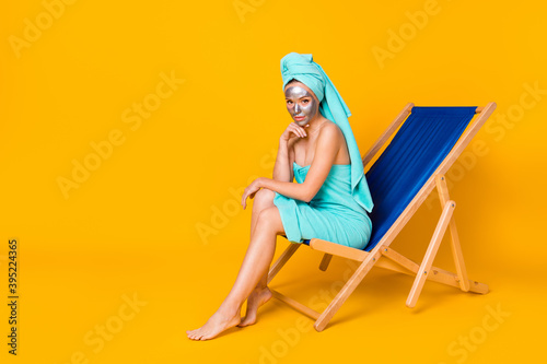 Photographie Full body photo of young attractive woman sit chaise-longue enjoy spa procedure