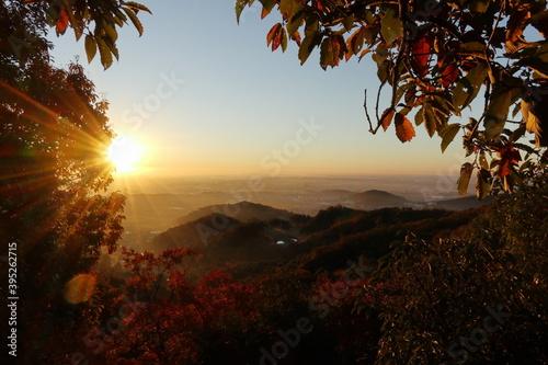 Fototapeta 早朝登山で日の出を見る (秋/紅葉) obraz na płótnie