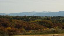 En Arrière Plan La Chaîne Des Pyrénées Enneigée Et Devant Les Couleurs De L'automne Pour Le Plus Grand Plaisir Des Yeux