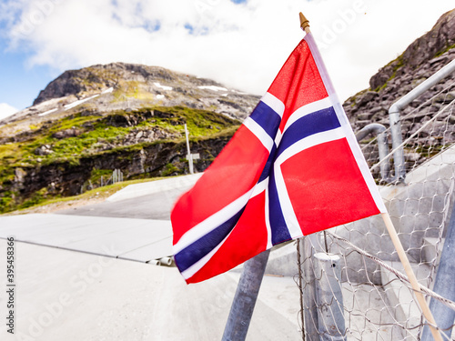 Fotografiet Norwegian flag on Utsikten viewpoint