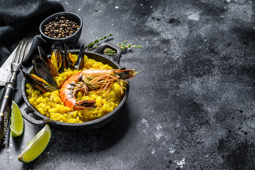 The Spanish Seafood paella in a pan with prawns, shrimps, octopus and mussels Billede på lærred