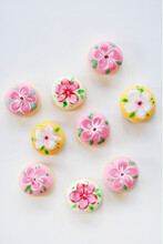 Small Motif Cookies Hand-painted With Floral Motifs