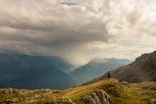 Randonneur En Haute Montagne Sur Le Désert De Platé Dans Les Alpes Dans Le Massif Du Mont Blanc