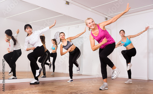 Canvas Print Women dancing aerobics at lesson in the dance class