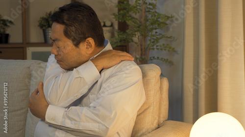 肩が痛い中高年男性 Fotobehang