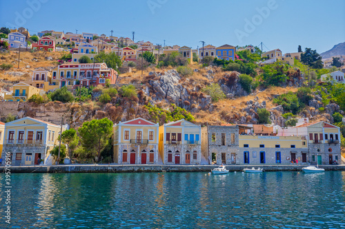 Fotografia View of beautiful bay with colorful houses on the hillside of the island of Symi