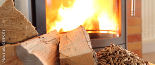 Fotografija a woodburning stove with wood and pellets