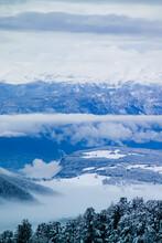 Viste Da Alta Quota Della Val Di Fiemme, Con Montagne E Nuvole Basse.