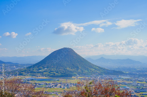 Fototapeta 讃岐富士(飯野山)と町並み(香川県丸亀市、坂出市)