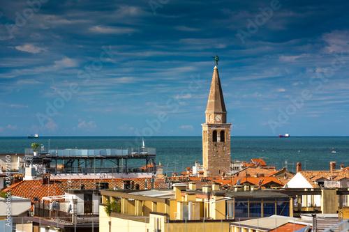 Fototapeta Italien, Friaul-Julisch Venetien, Grado, Blick über die Altstadt mit Basilika Sant'Eufemia und Adria obraz