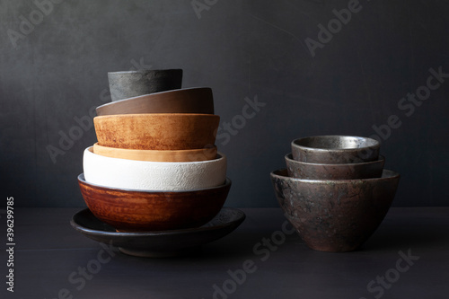 Foto Still life with handmade ceramic dishware on a black background