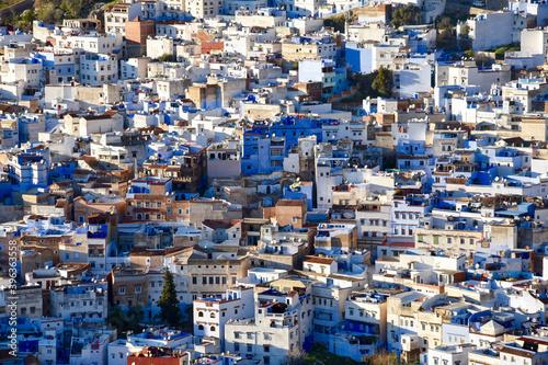 Photo vue aérienne sur les bâtiments bleus d'une ville très dense  au Maroc