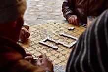 Hommes Jouant Aux Dominos Sur La Table D'un Café