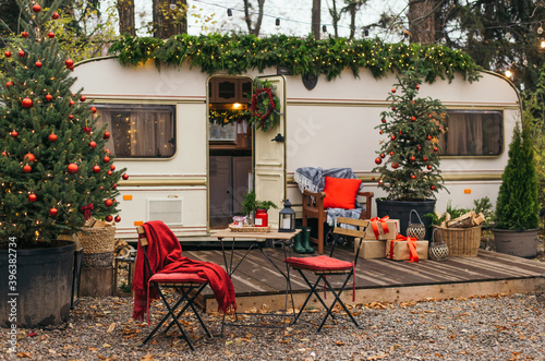 Foto Caravan mobile home with terrace, Mobile home decorated with Christmas decor