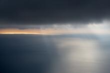 Ciel Nuageux Où Percent Des Rayons De Soleil Au-dessus De La Mer