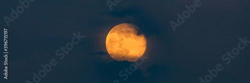 Fotografia Bright Yellow Full Moon in clouds