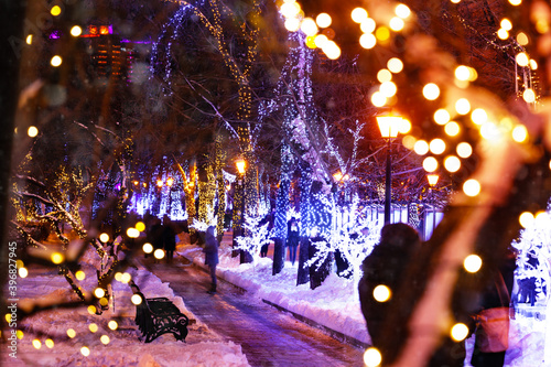 Foto Night view of Moscow boulevards circle decorated for New Year and Christmas holi