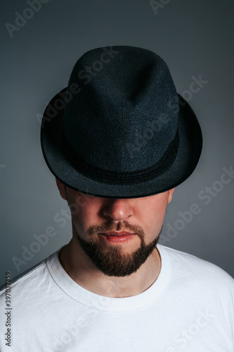 Photo Handsome Bearded Man in Hat. On a grey background