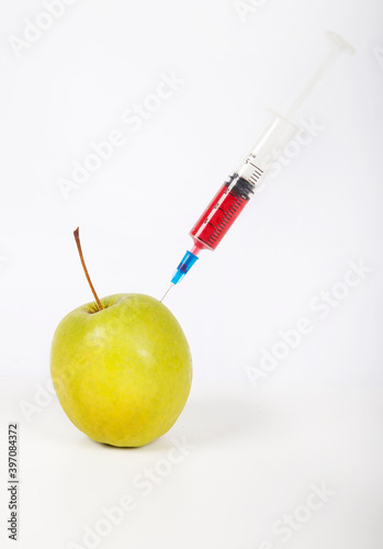 Papel de parede Granny smith apple being injected over white background