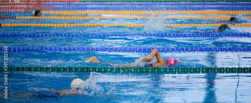 Fotografía children athletes swim in the pool workout