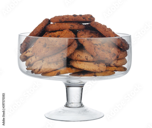 Fotografia Glass cookie jar with chocolate chip cookies inside on white background