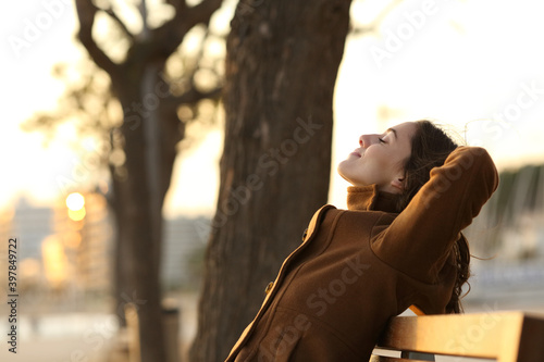 Fotomural Profile of a woman resting on a bench in winter
