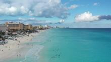 Vista Aérea A Un Nutrido Grupo De Bañistas Que Disfruta La Tranquilidad Del Oleaje Suave En Las Playas De Cancún, México