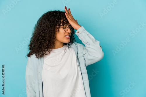 Obraz na plátne Young african american afro woman isolated forgetting something, slapping forehead with palm and closing eyes