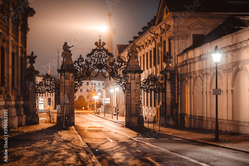 Fotografia An empty archway at night above a street