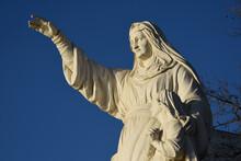 Saint Anne Statue Saluant Les Marins,  Butte Saint Anne à Nantes. Elle Est Accompagnée De La Vierge Marie Sa Fille.
