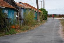 Une Rue Avec Des Maisons Abandonnées. Une Ville Fantôme Avec Des Vieilles Maisons En Bois Abandonnées. Un Touriste Visitant Une Ville Fantôme. Saint-Trojan-les -Bains