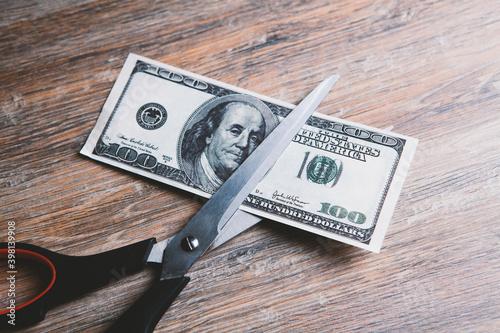 Canvastavla Scissors cut a dollar bill in half