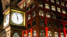 夜のバンクーバーのダウンタウンと有名な蒸気時計