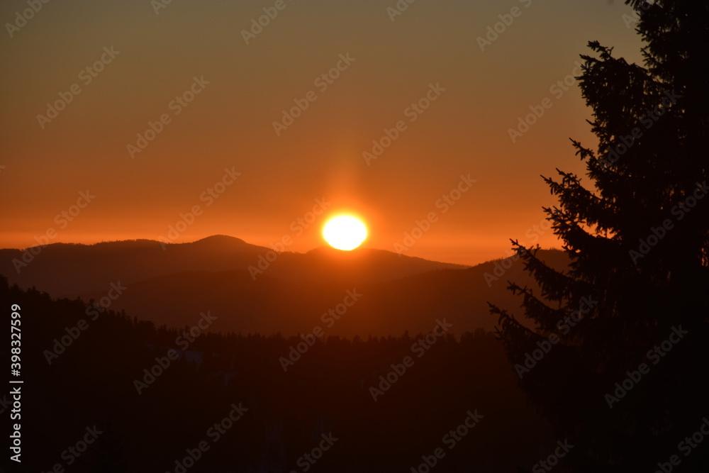 Fototapeta Zima na Turbaczu w Gorcach. Wschód słońca w górach, atak zimy, silne mrozy