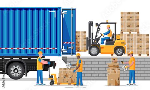 Fotografia Forklift loading pallet boxes into truck
