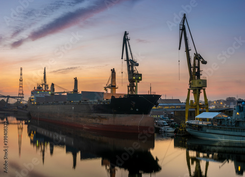 Papel de parede cargo ship in a shipyard