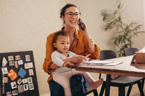 Obraz Working mom handling her business from home - fototapety do salonu