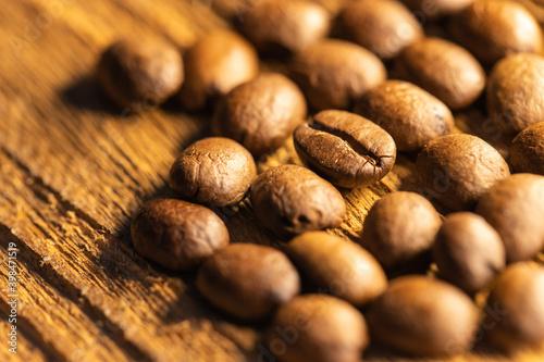 Ziarna kawy na drewnianym tle z teksturą, zbliżenie makro