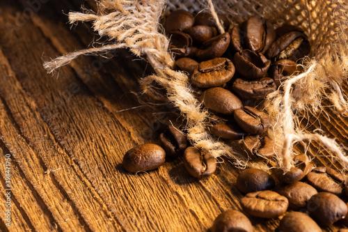 Kawa ziarnista, zbliżenie macro, tło z naturalnych desek