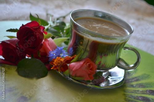 Fototapeta kawa w srebrnej filiżance , czerwone róże i kolorowe kwiaty obraz
