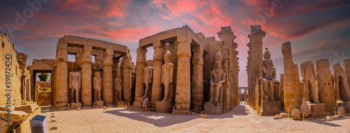 Valokuvatapetti Sculptures of ancient Egyptian pharaohs and drawings on the columns of the Luxor Temple in the evening