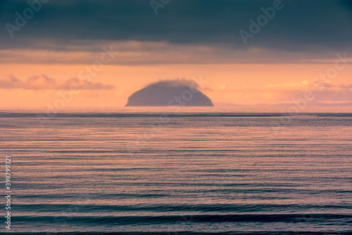Ailsa Craig in evening light Scotland Fototapete