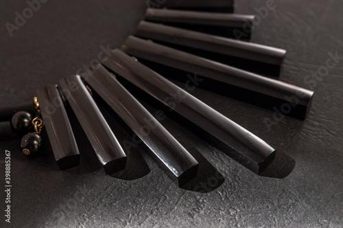 Valokuva close up of black jet necklace on black background with light spots