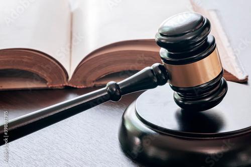 Fotografia Judge`s gavel and old books.